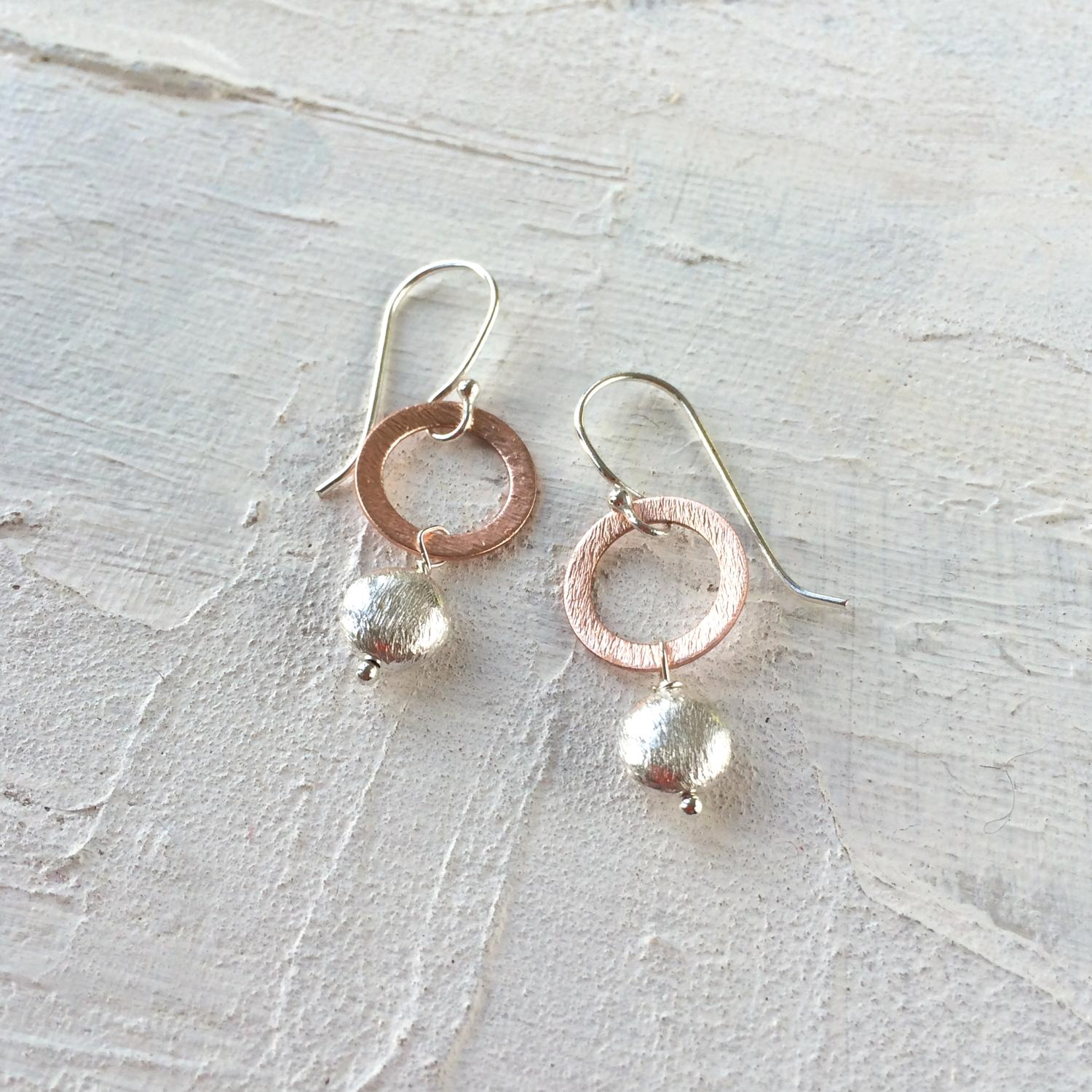 Circle earrings with nugget