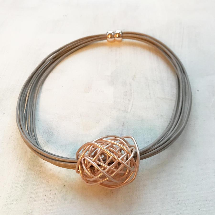 Single knot necklace