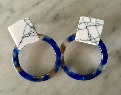 Marble and tortoiseshell earrings in blues
