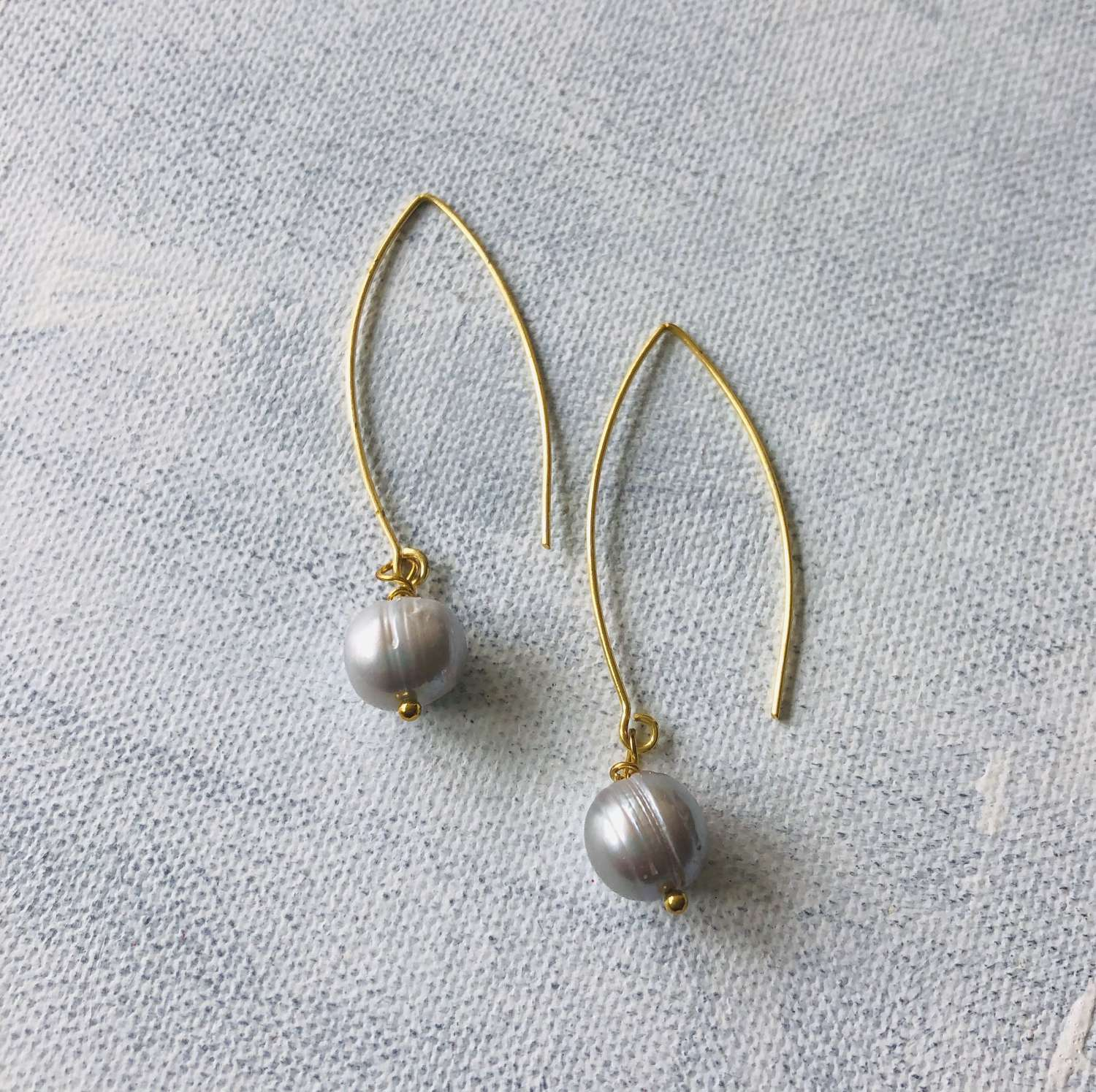 Long drop earrings grey pearl