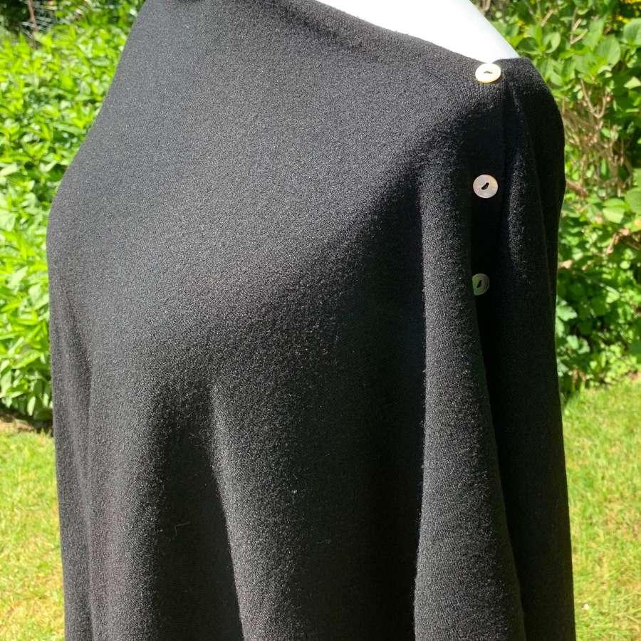 Button poncho= black