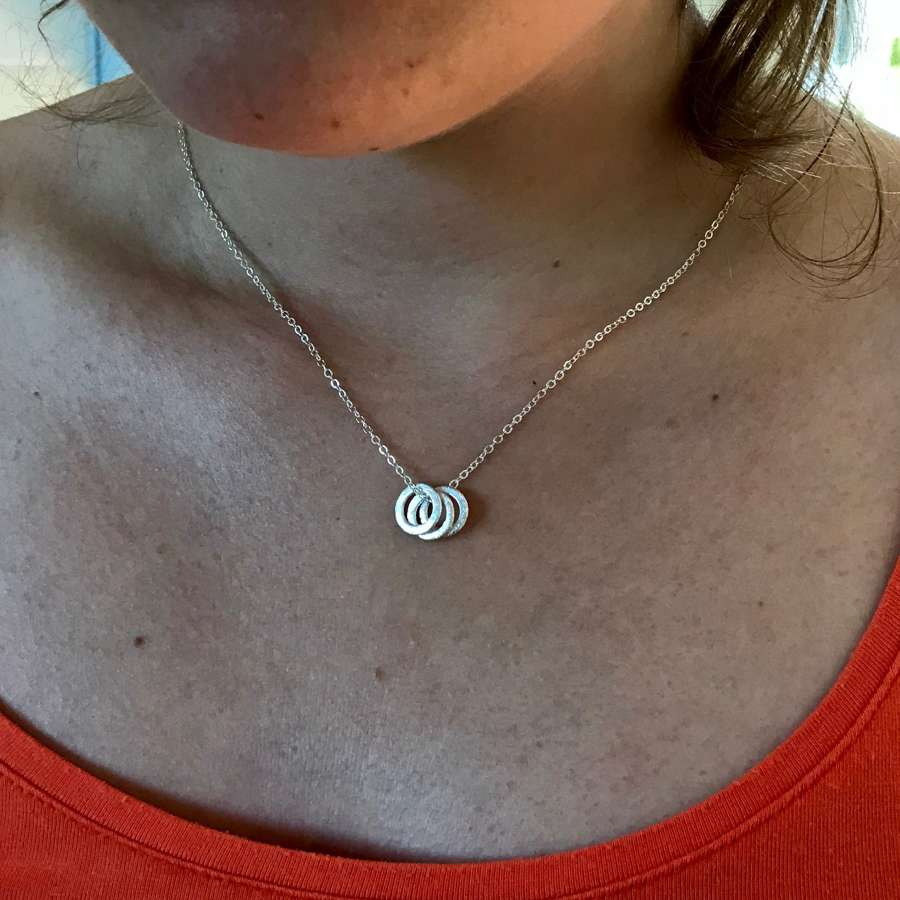 Tiny 3 circle necklace - silver
