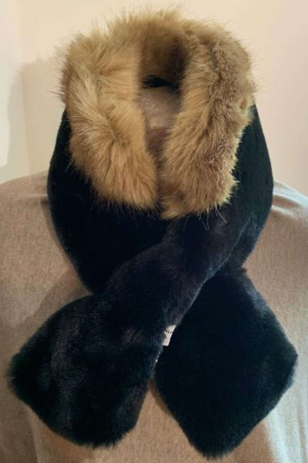 Faux fur tippet with collar - black